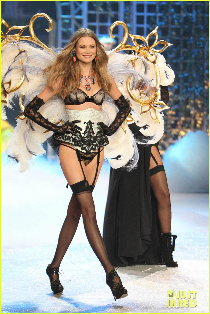 erin heatherton behati prinsloo victorias secret fashion show 2012 102753126