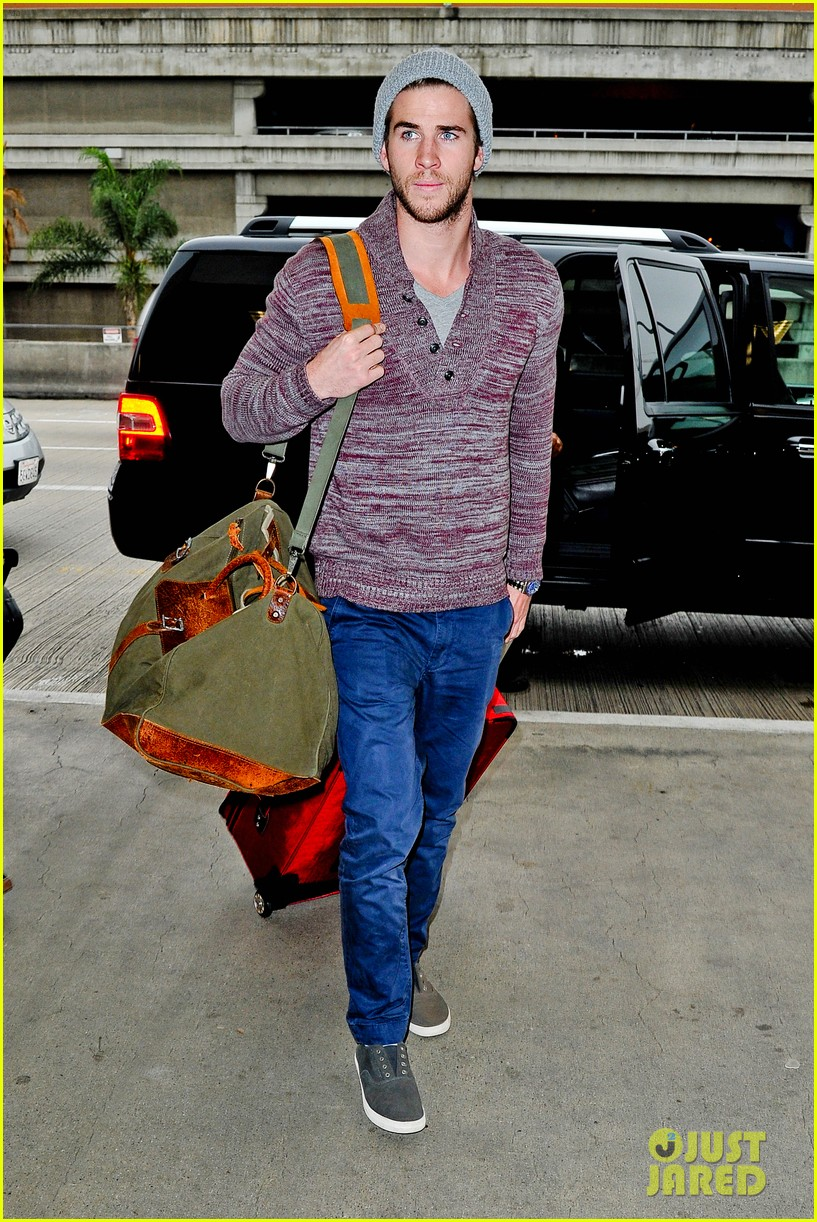 liam hemsworth flies the skies solo in los angeles 112766439