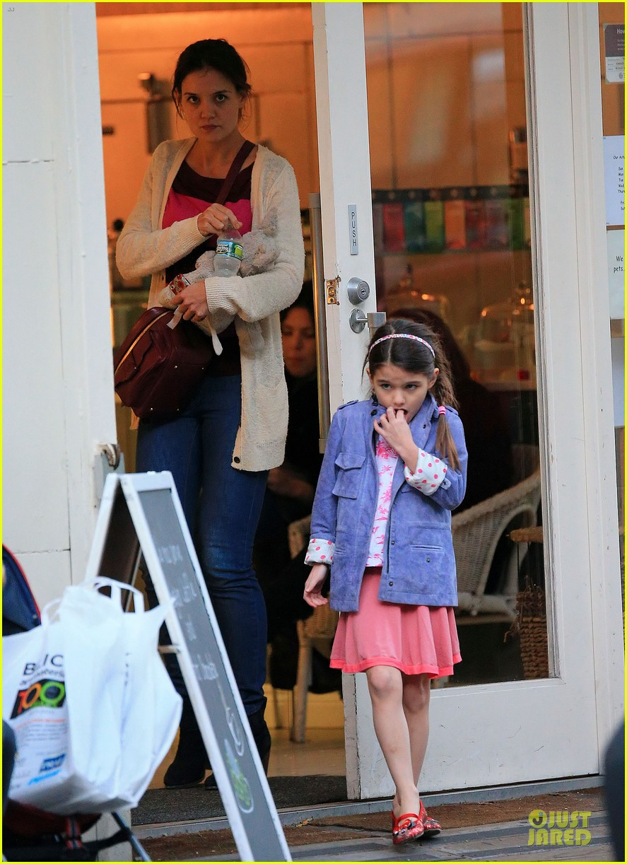 katie holmes suri ice cream cone sharing with suri 032755474