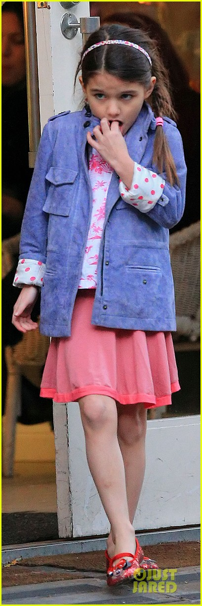 katie holmes suri ice cream cone sharing with suri 05
