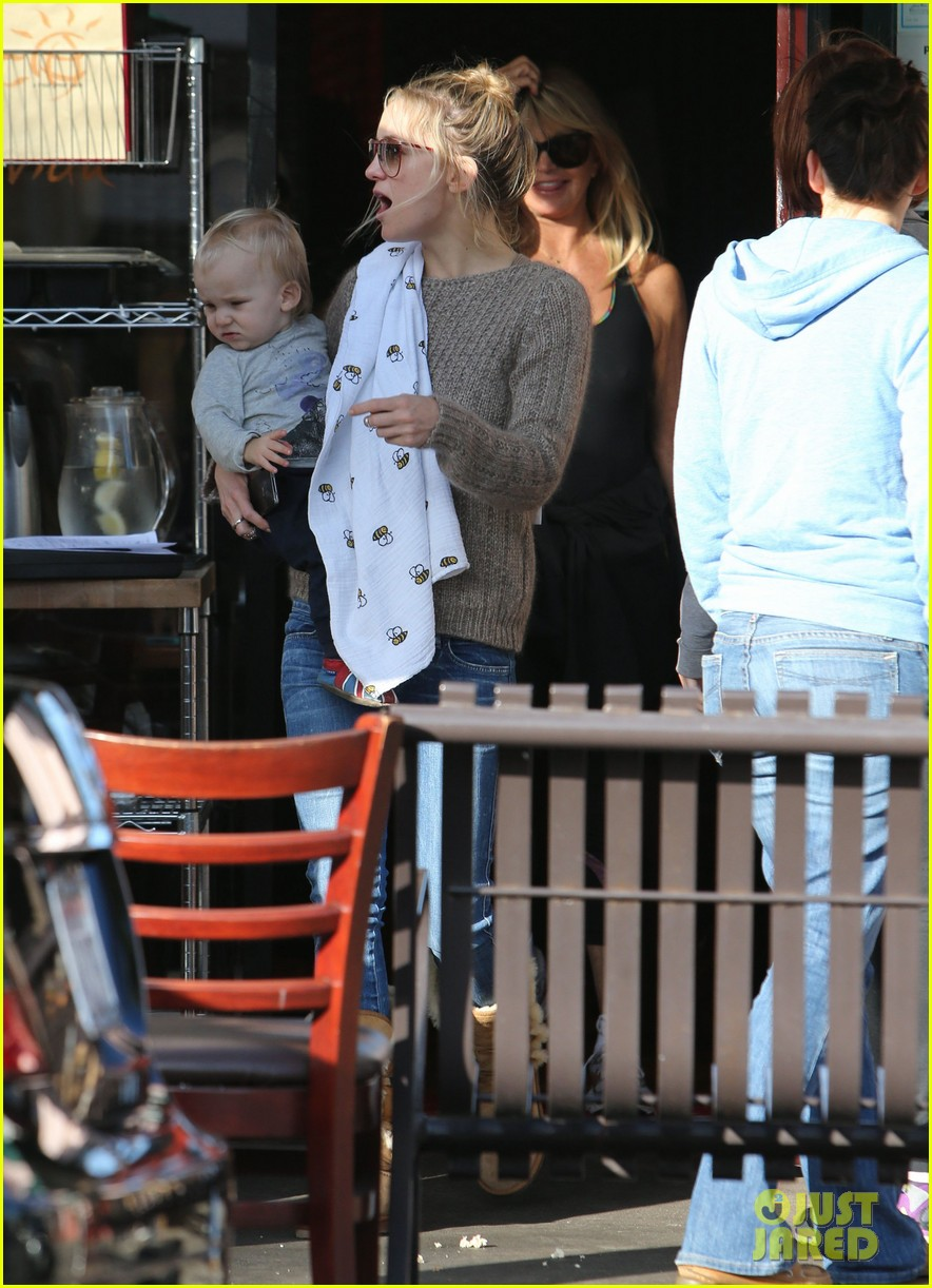 kate hudson mom goldie hawns birthday lunch 03