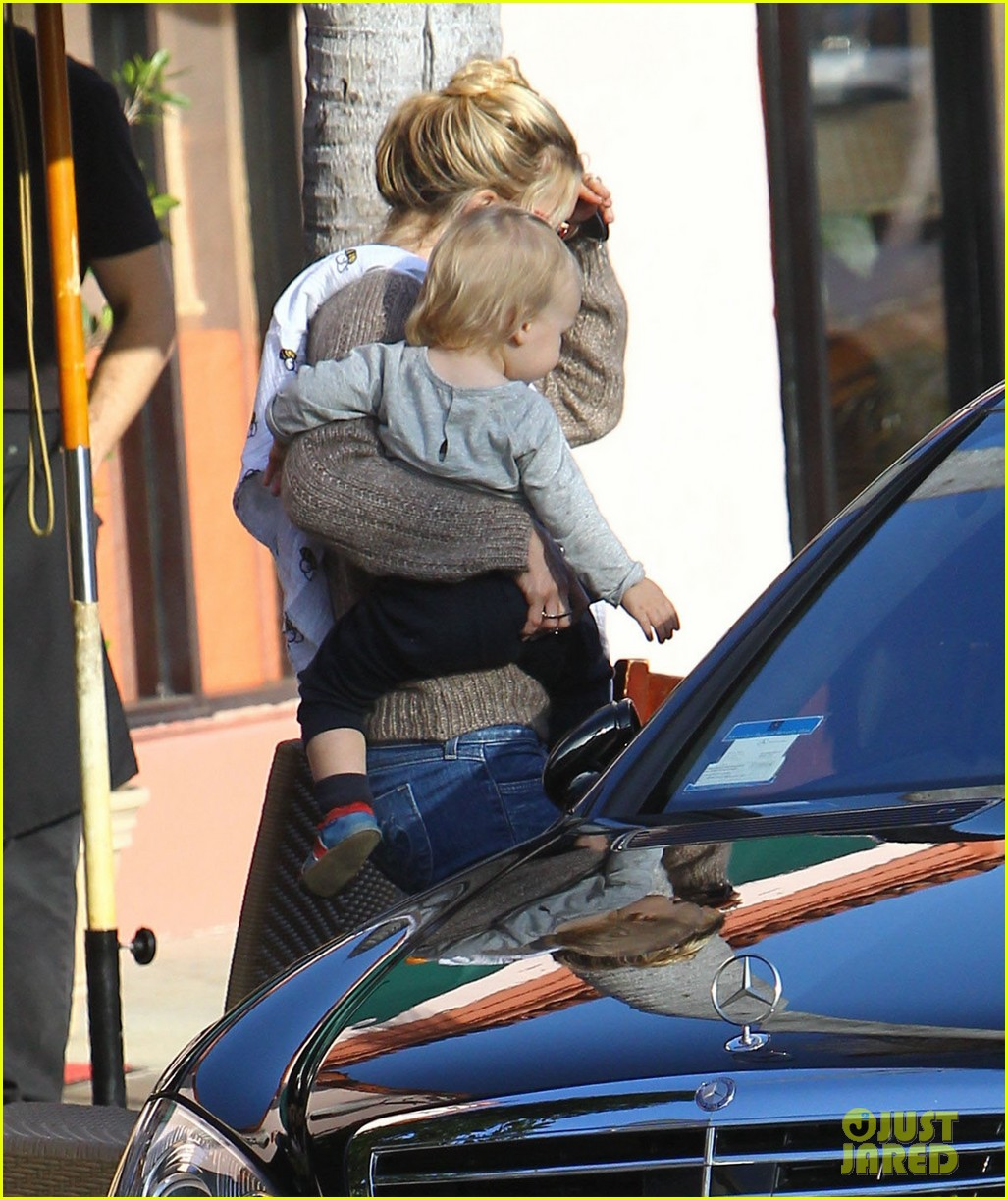 kate hudson mom goldie hawns birthday lunch 082762745