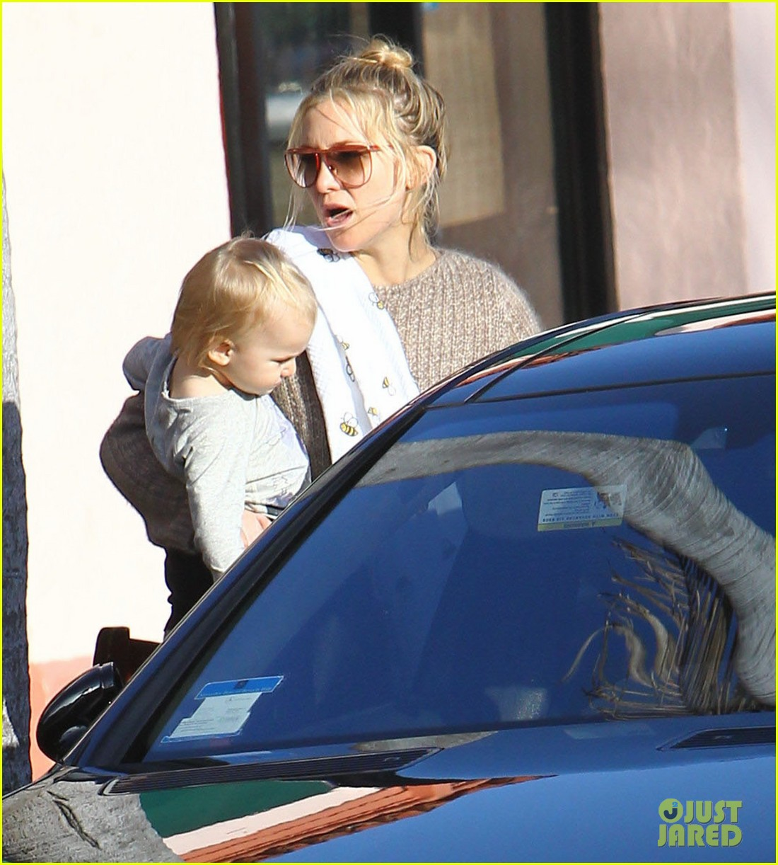 kate hudson mom goldie hawns birthday lunch 09