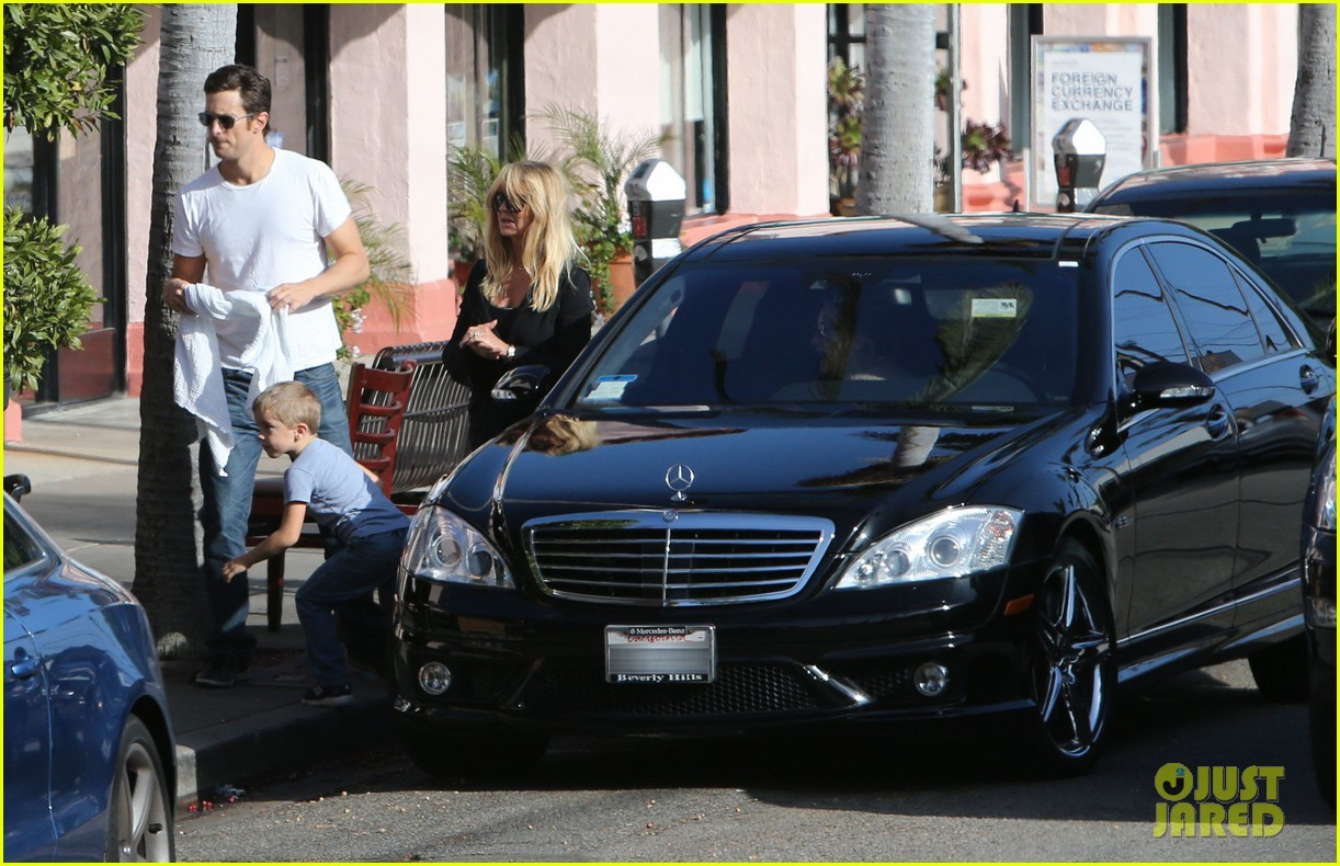 kate hudson mom goldie hawns birthday lunch 17