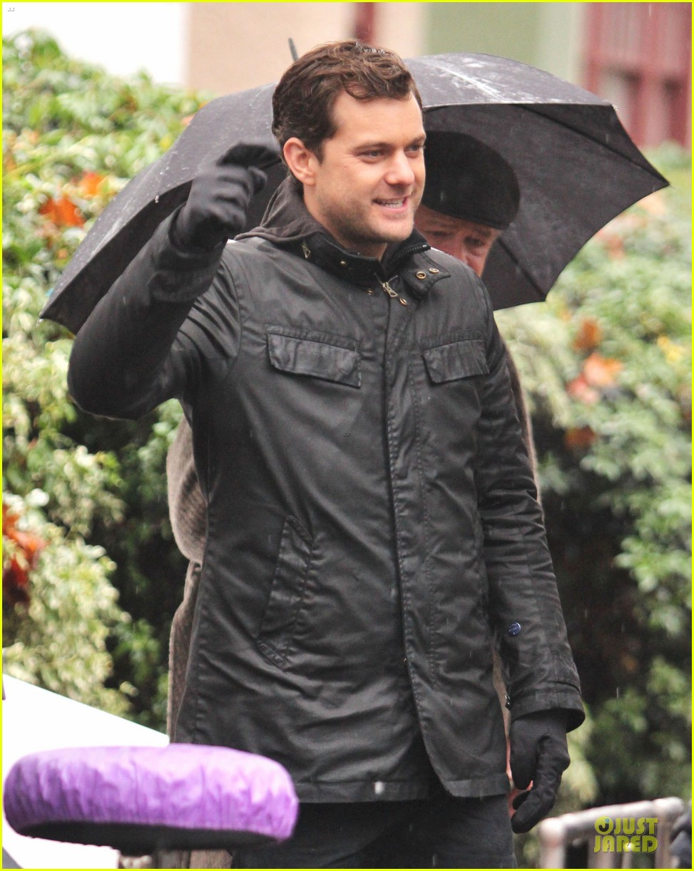 joshua jackson rainy fringe set 08