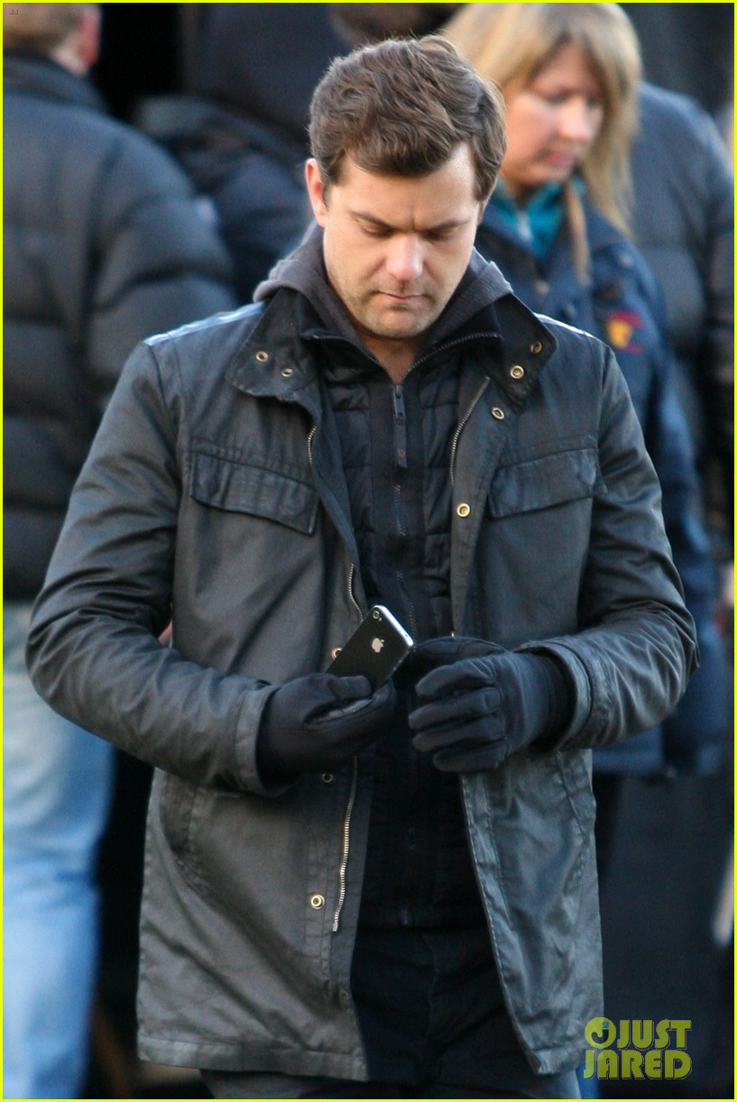 joshua jackson back to work on fringe after vacay 102764404