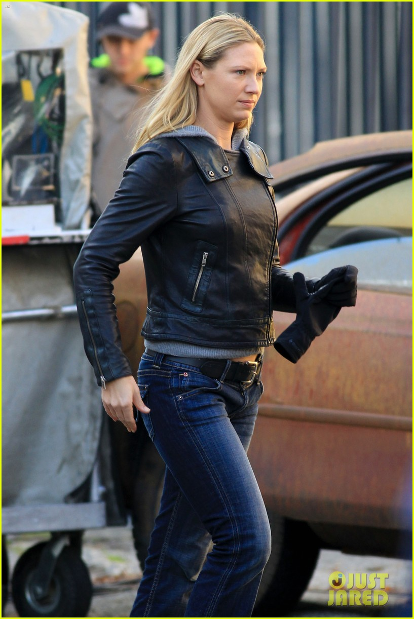 joshua jackson fringe set with anna torv 09