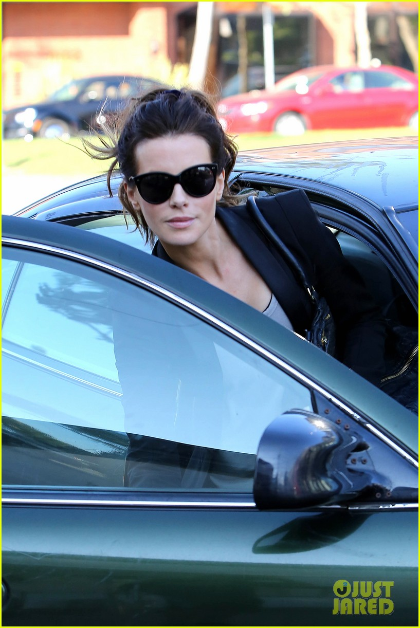 kate beckinsale parking meter pickup 03