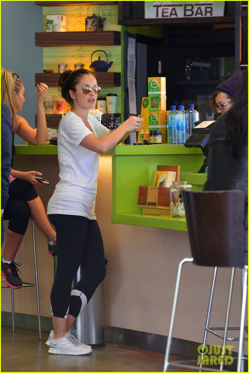 minka kelly post workout earth bar stop 10