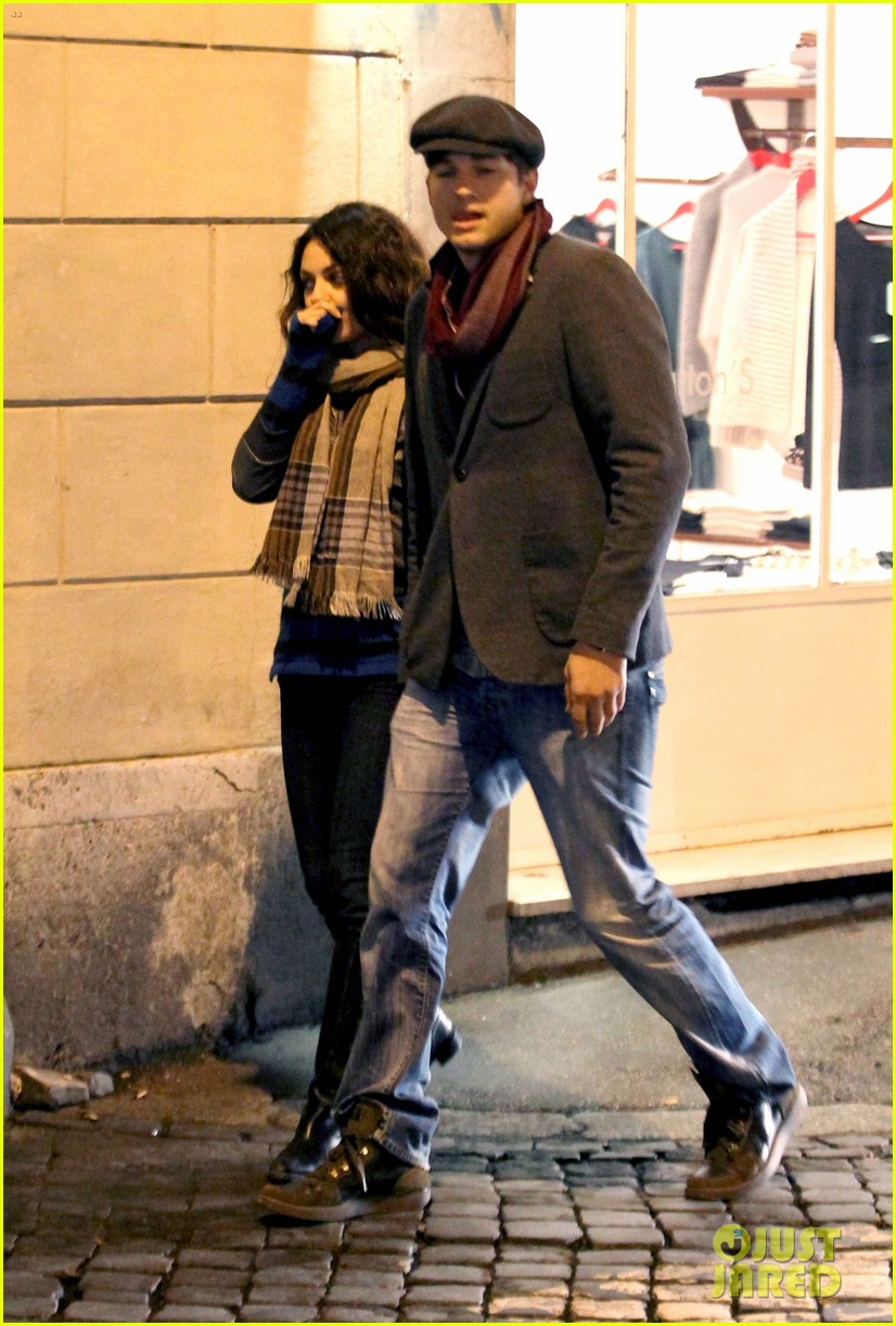 mila kunis ashton kutcher romantic rome dinner date 072760835