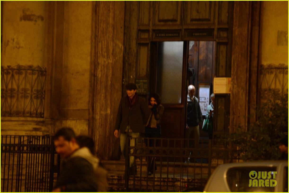 mila kunis ashton kutcher romantic rome dinner date 112760839