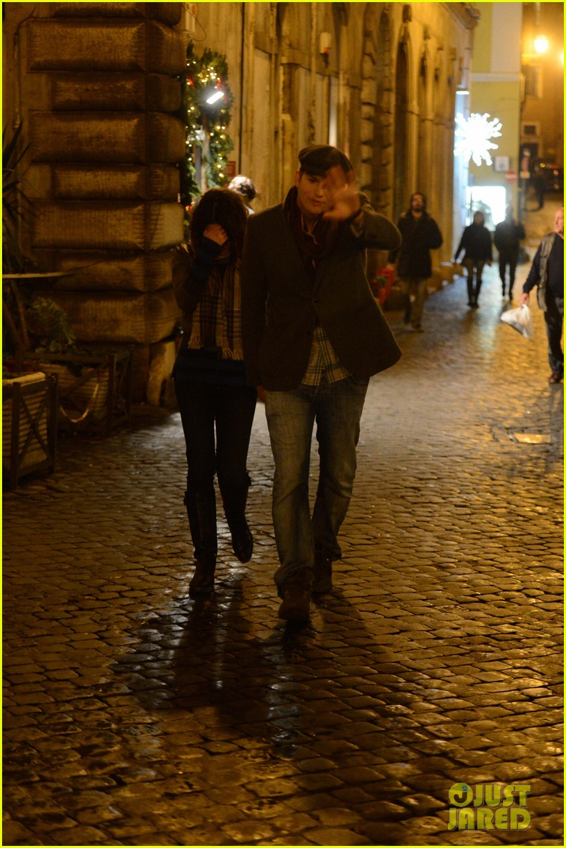 mila kunis ashton kutcher romantic rome dinner date 122760840