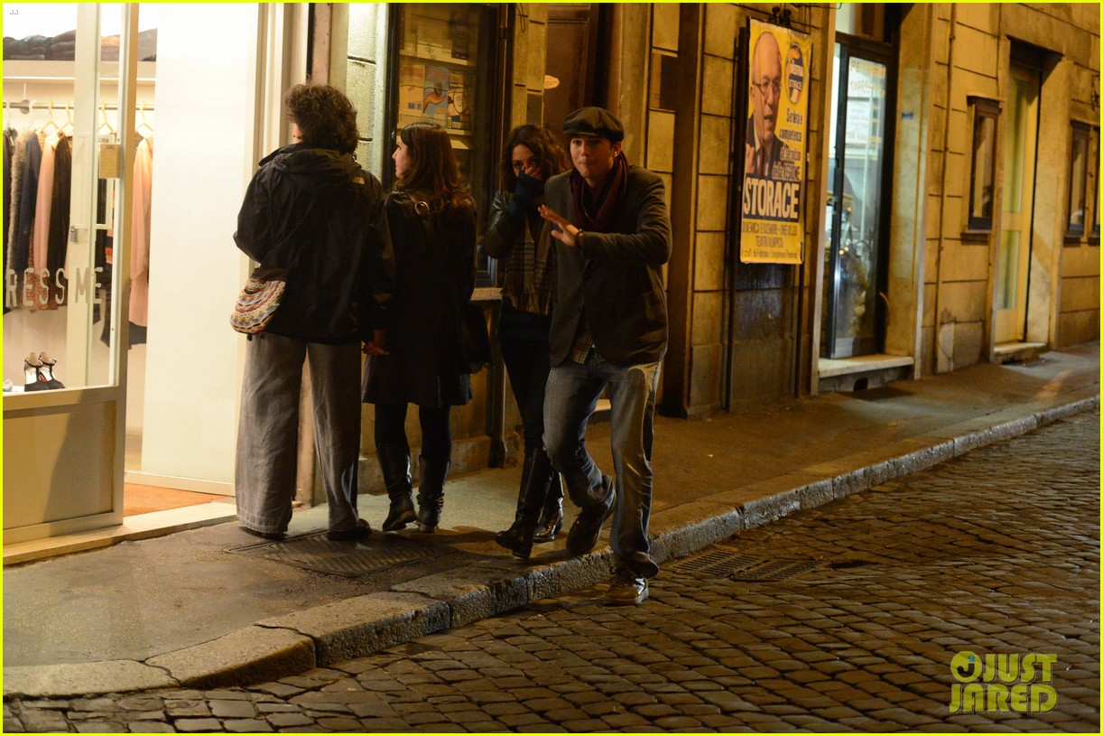 mila kunis ashton kutcher romantic rome dinner date 152760843