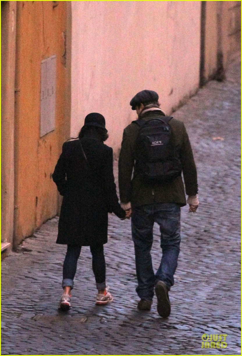 mila kunis romantic stroll in rome 03