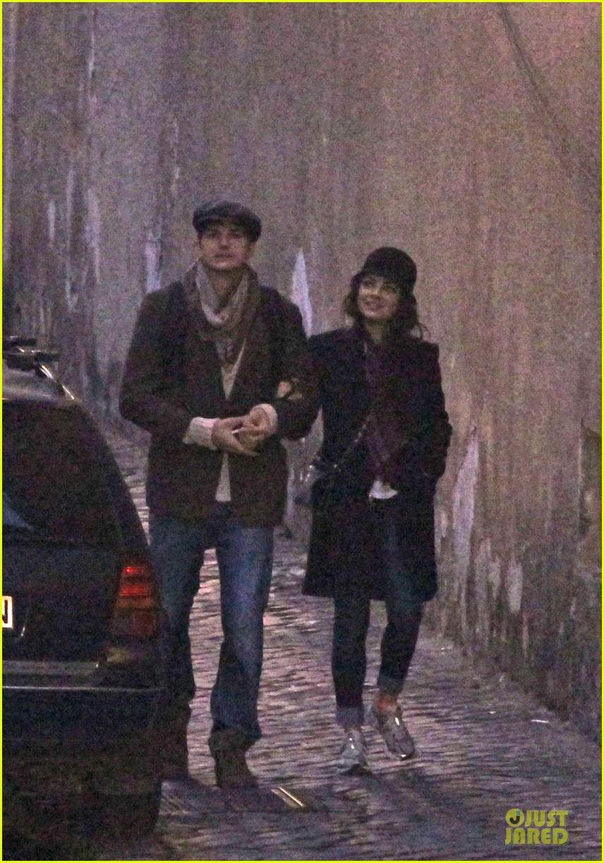 mila kunis romantic stroll in rome 062763712