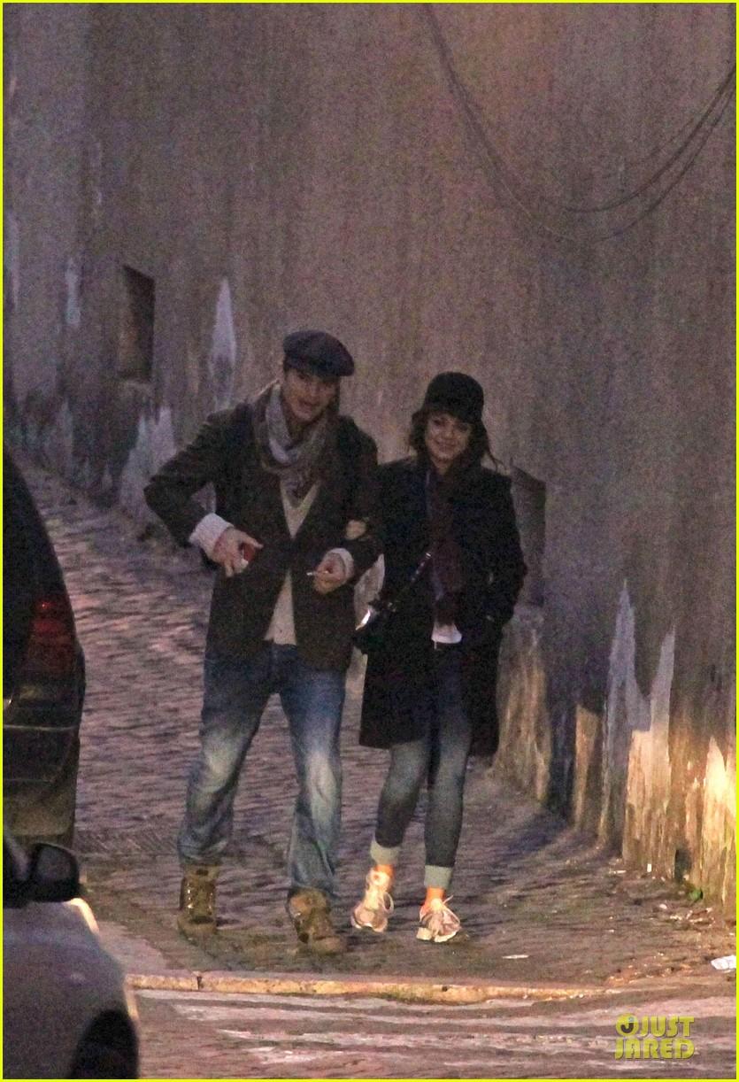 mila kunis romantic stroll in rome 072763713
