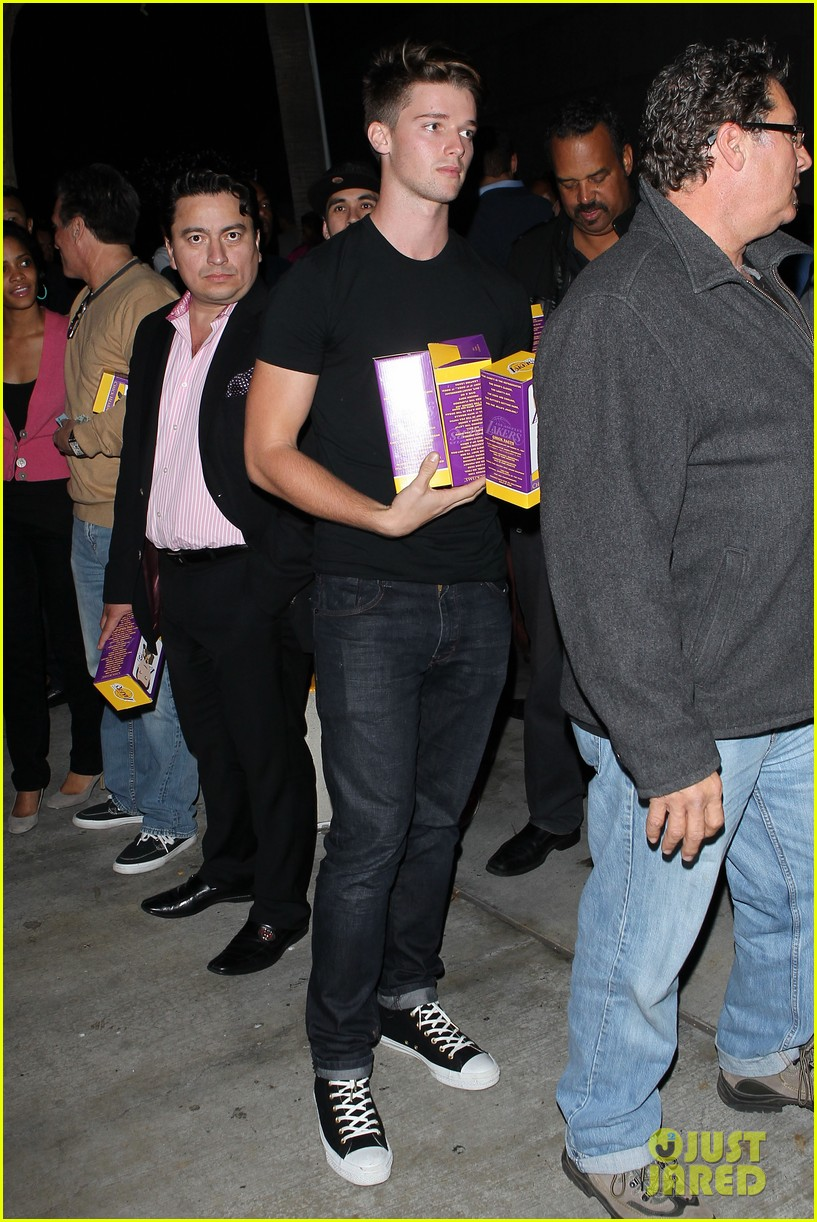 ashton kutcher lakers game with kaley cuoco 05