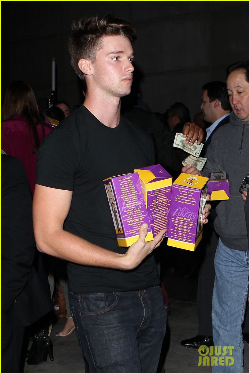 ashton kutcher lakers game with kaley cuoco 07
