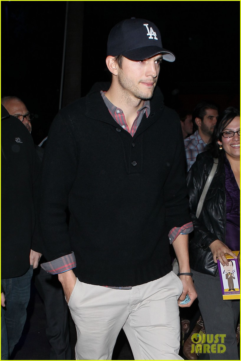 ashton kutcher lakers game with kaley cuoco 09
