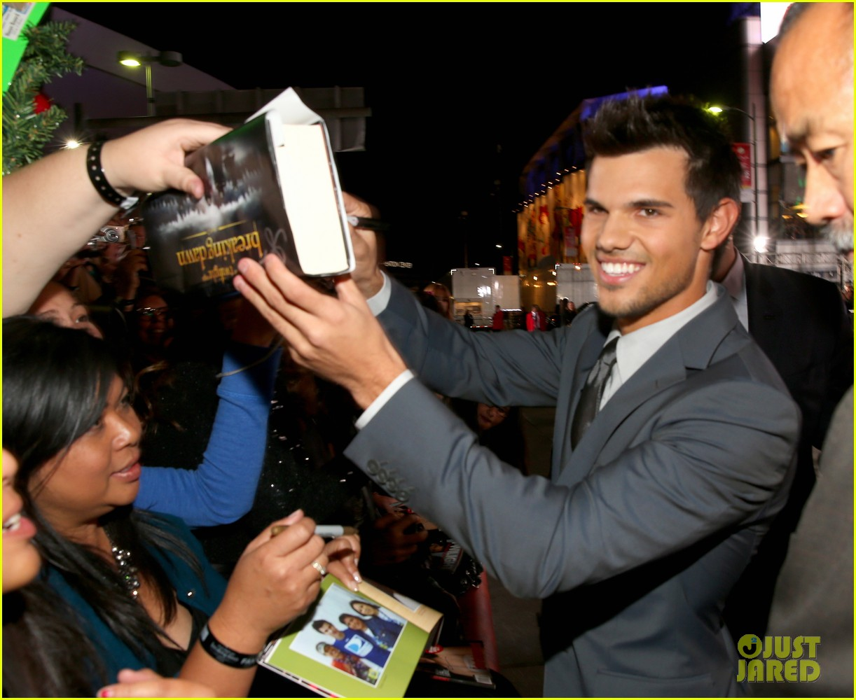 taylor lautner twilight breaking dawn part 2 premiere 142756258
