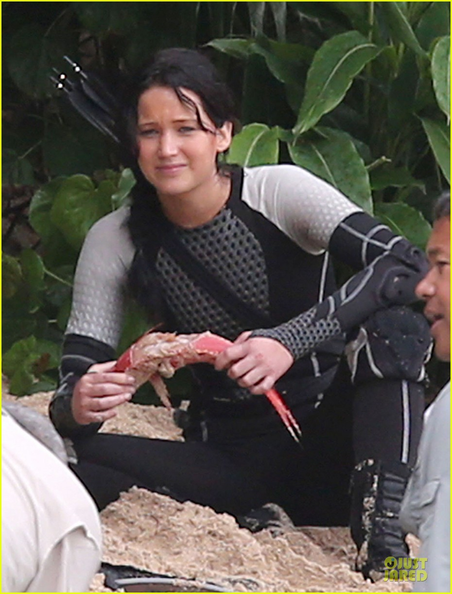 jennifer lawrence fish eating on hunger games set 02