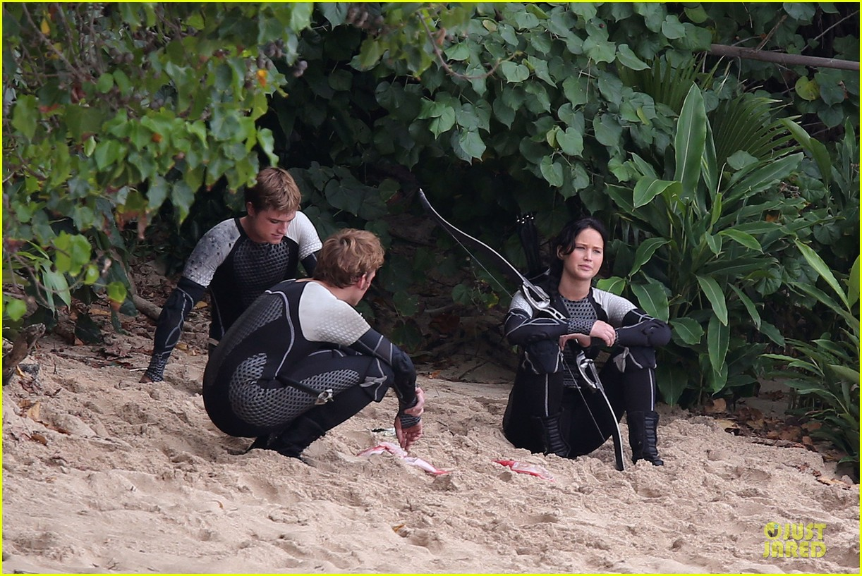 jennifer lawrence fish eating on hunger games set 032765077