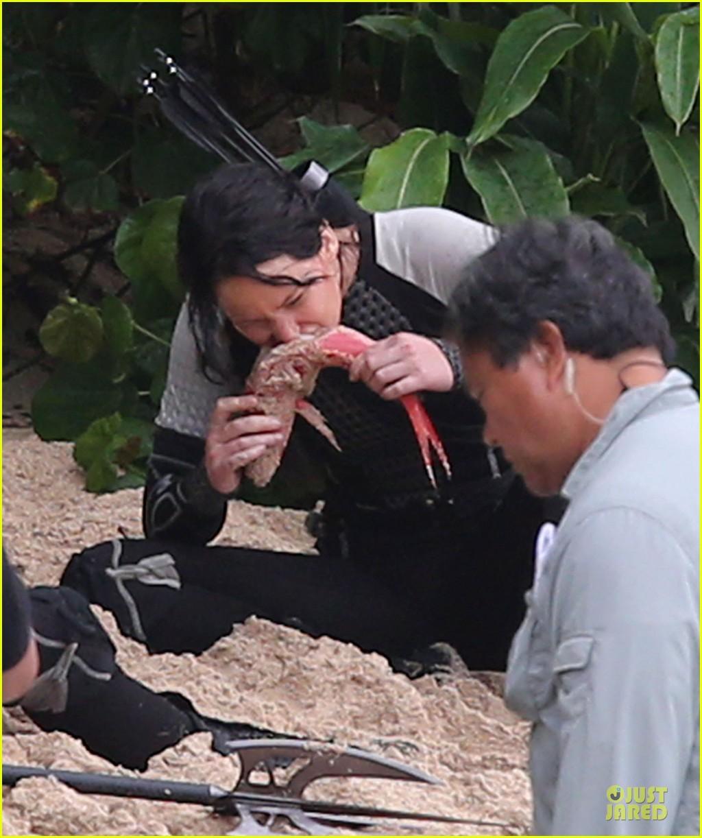 jennifer lawrence fish eating on hunger games set 042765078