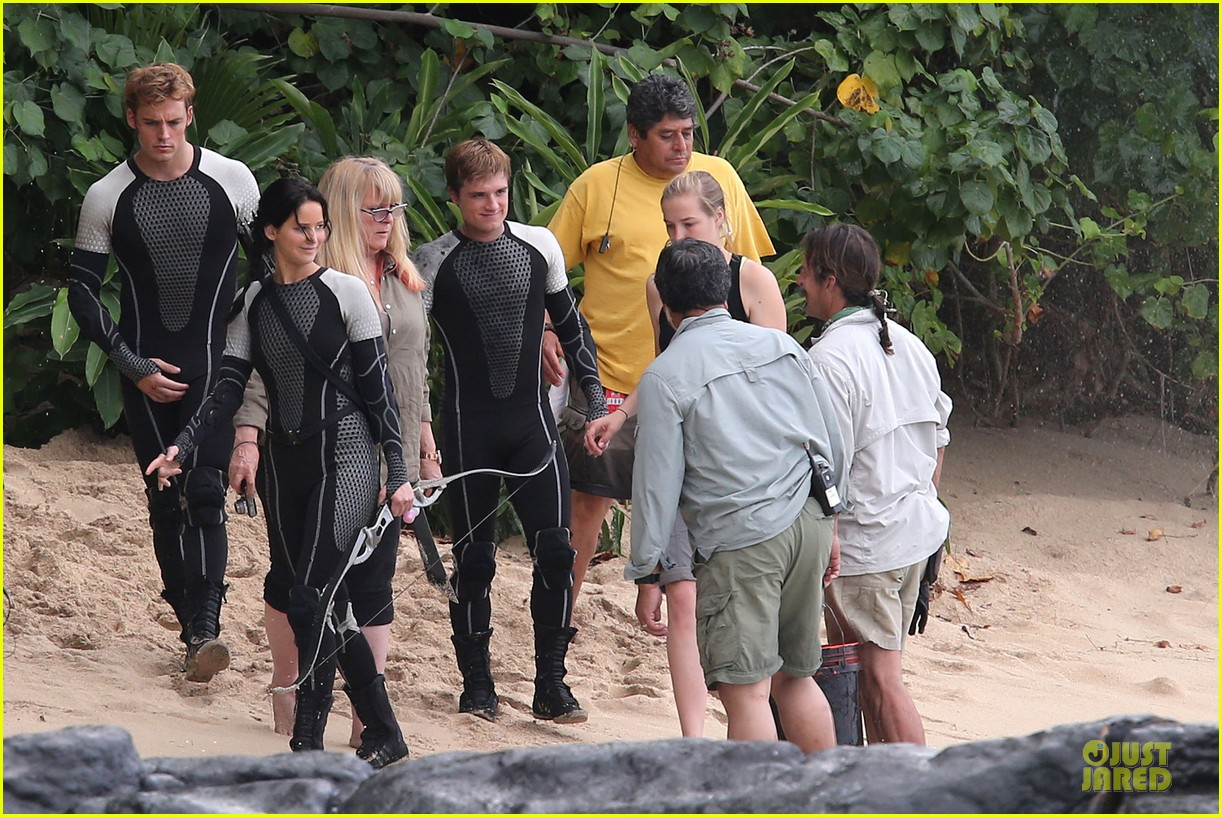 jennifer lawrence fish eating on hunger games set 05