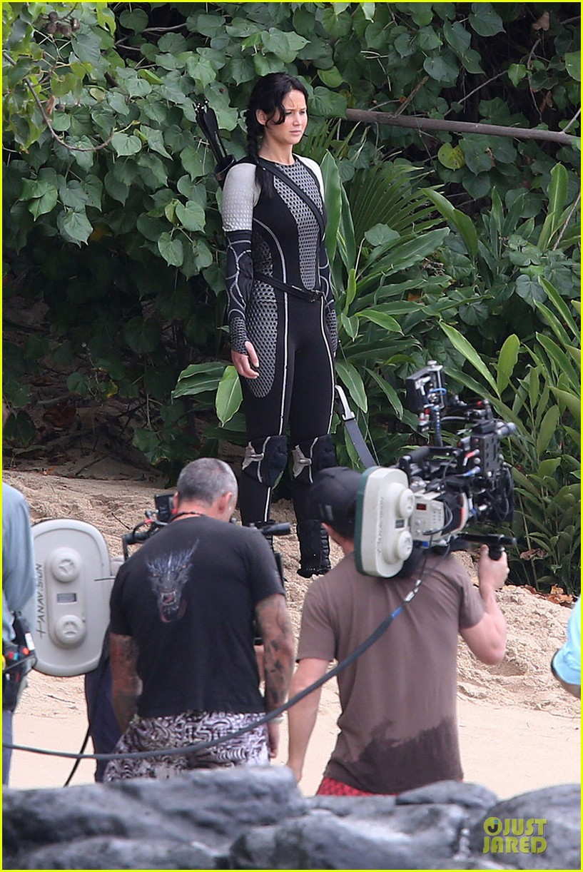 jennifer lawrence fish eating on hunger games set 102765084