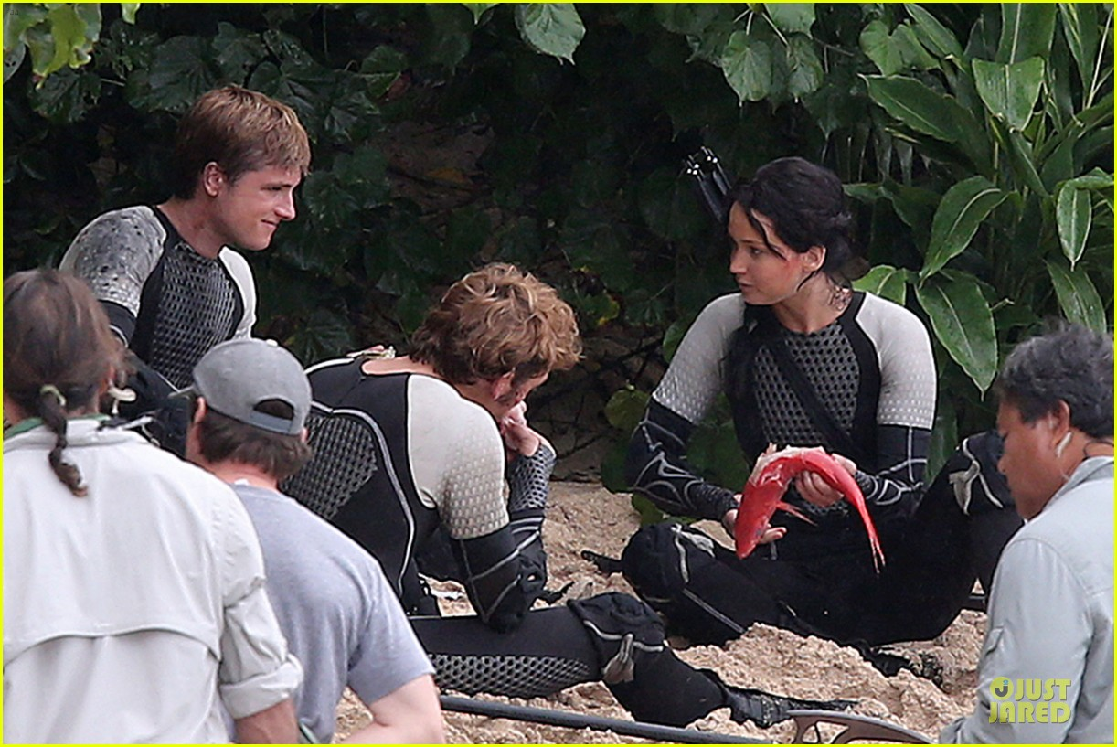 jennifer lawrence fish eating on hunger games set 17