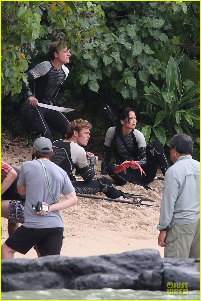 jennifer lawrence fish eating on hunger games set 192765093