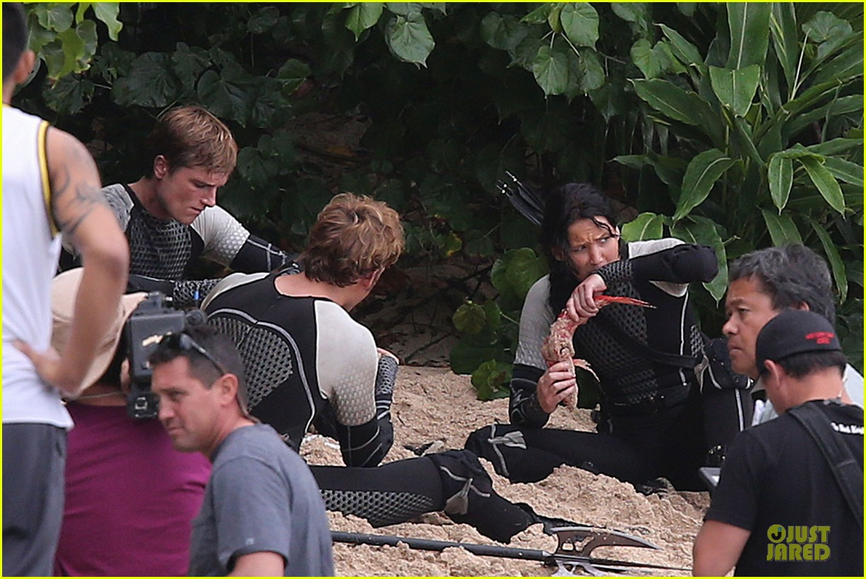 jennifer lawrence fish eating on hunger games set 24