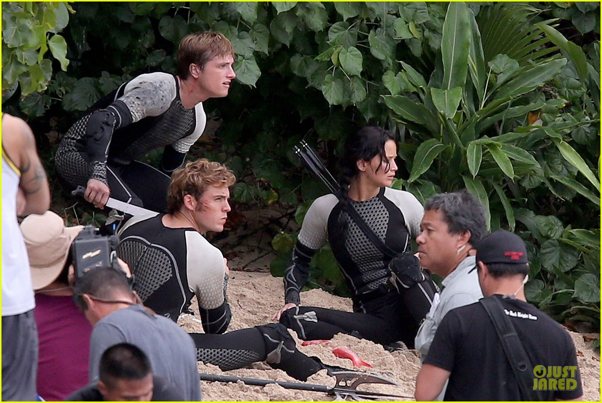 jennifer lawrence fish eating on hunger games set 25