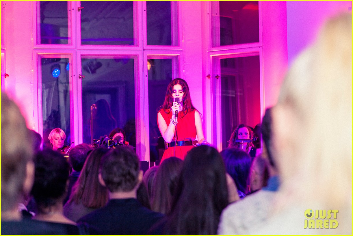 lana del rey hm berlin showroom concert 05