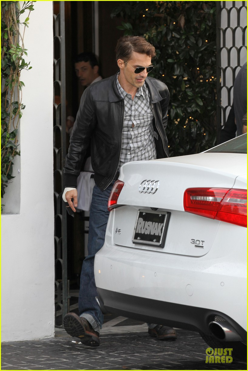 olivier martinez hand brace for lunch with eduardo cruz 09