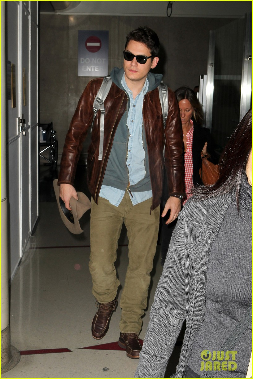 john mayer lands in los angeles 05