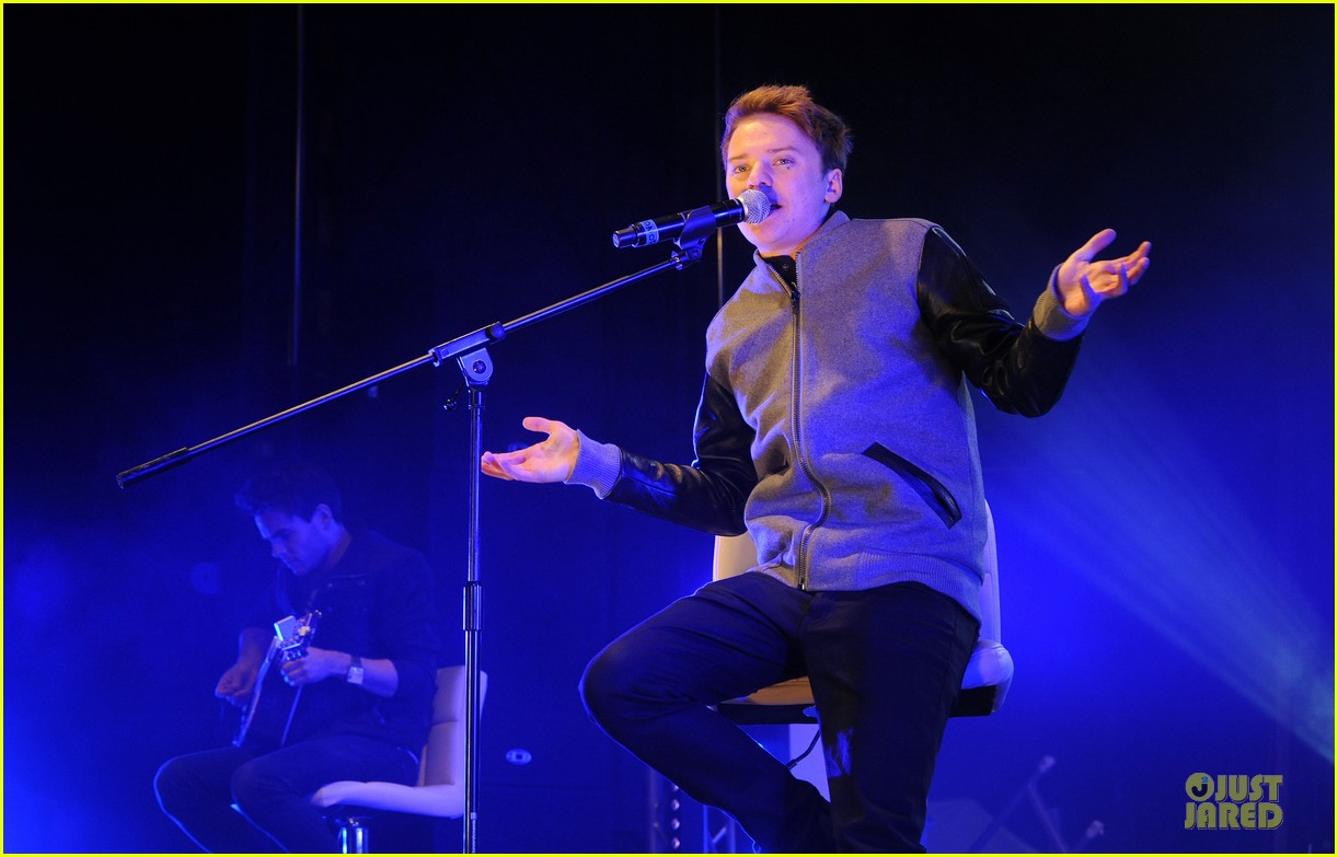 conor maynard blue water christmas lights performer 122759564