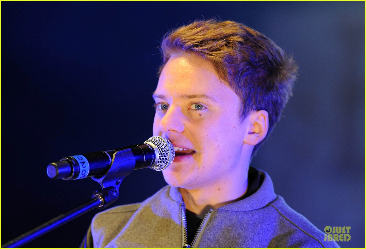 conor maynard blue water christmas lights performer 202759572