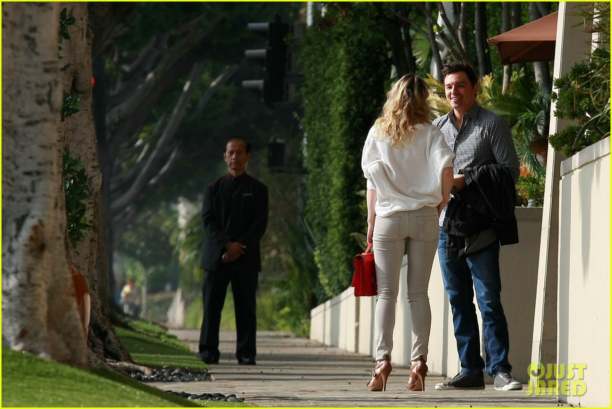 rachel mcadams lemitage hotel run in with seth macfarlane 02