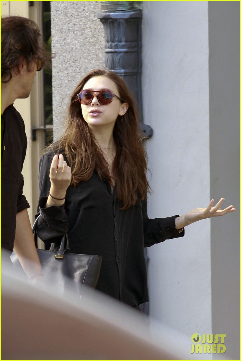 elizabeth olsen new orleans saints game with male pal 02
