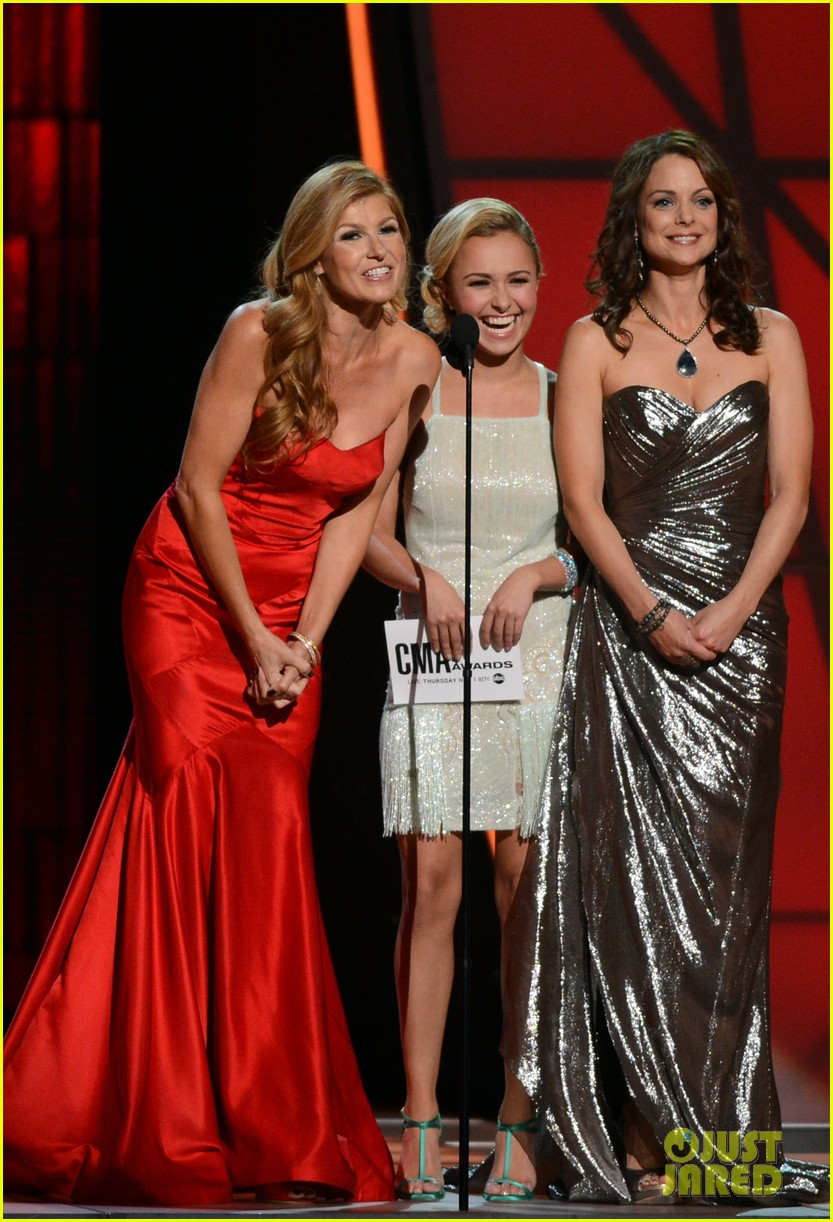 hayden panettiere connie britton cma awards 2012 presenters 03