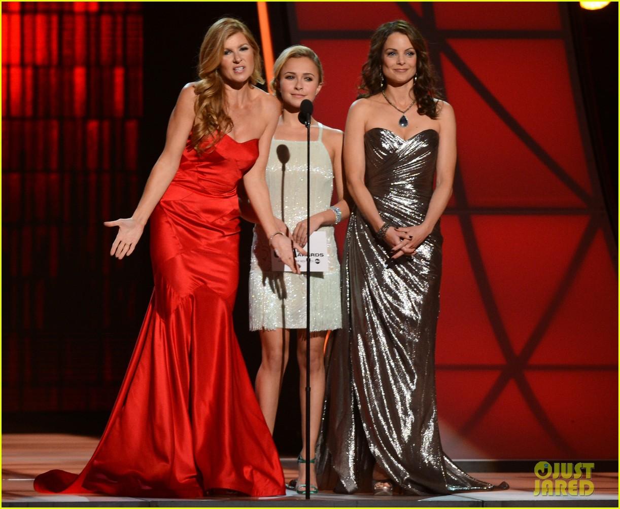 hayden panettiere connie britton cma awards 2012 presenters 04