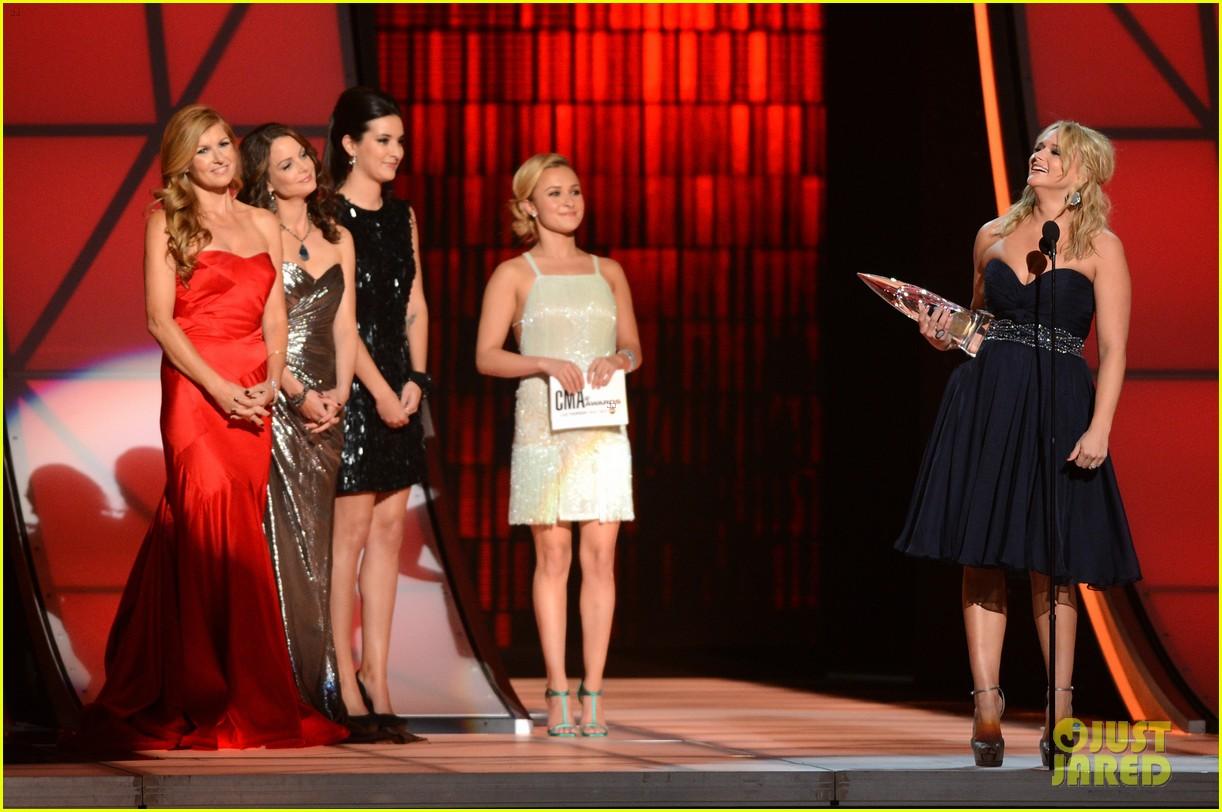 hayden panettiere connie britton cma awards 2012 presenters 052749682