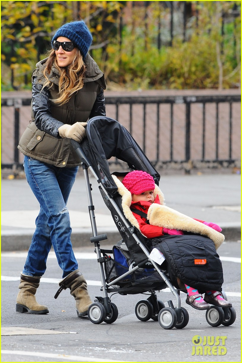 sarah jessica parker rainy day walk with twins 032766532