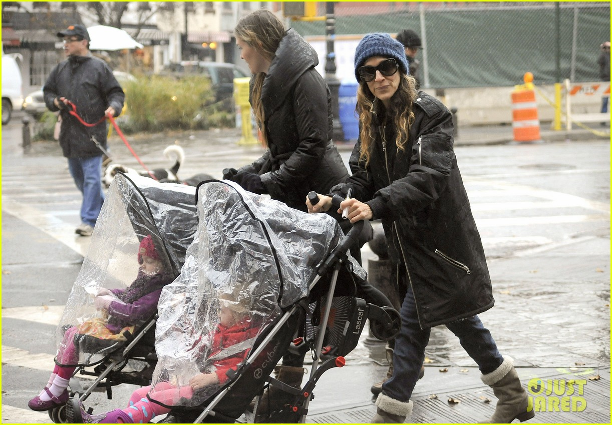 sarah jessica parker rainy day walk with twins 042766533
