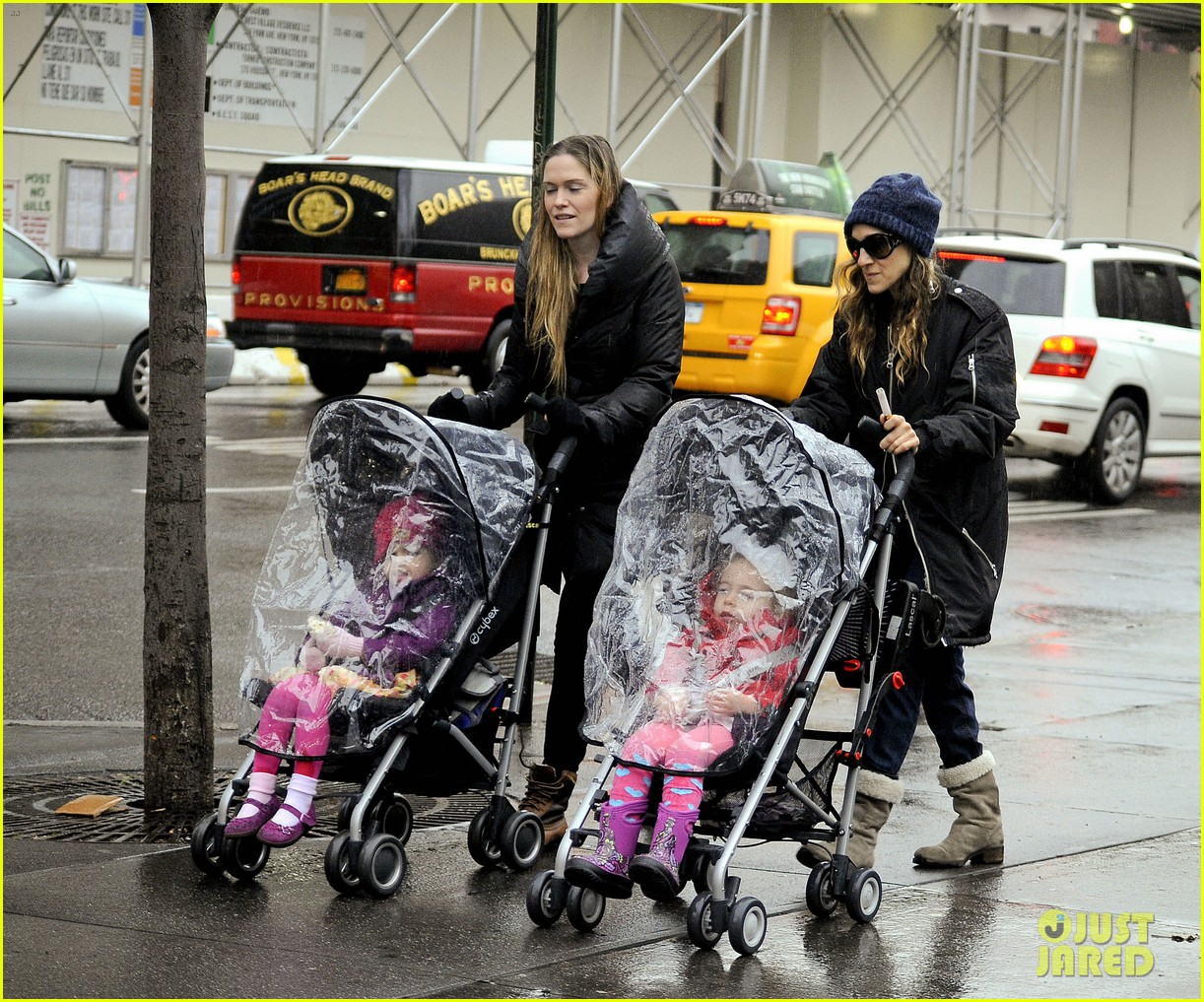 sarah jessica parker rainy day walk with twins 072766536