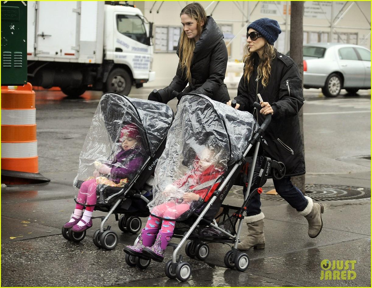 sarah jessica parker rainy day walk with twins 08