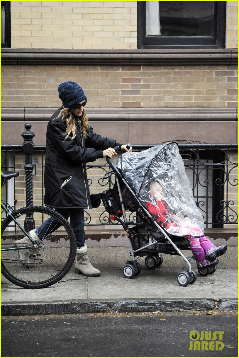sarah jessica parker rainy day walk with twins 102766539