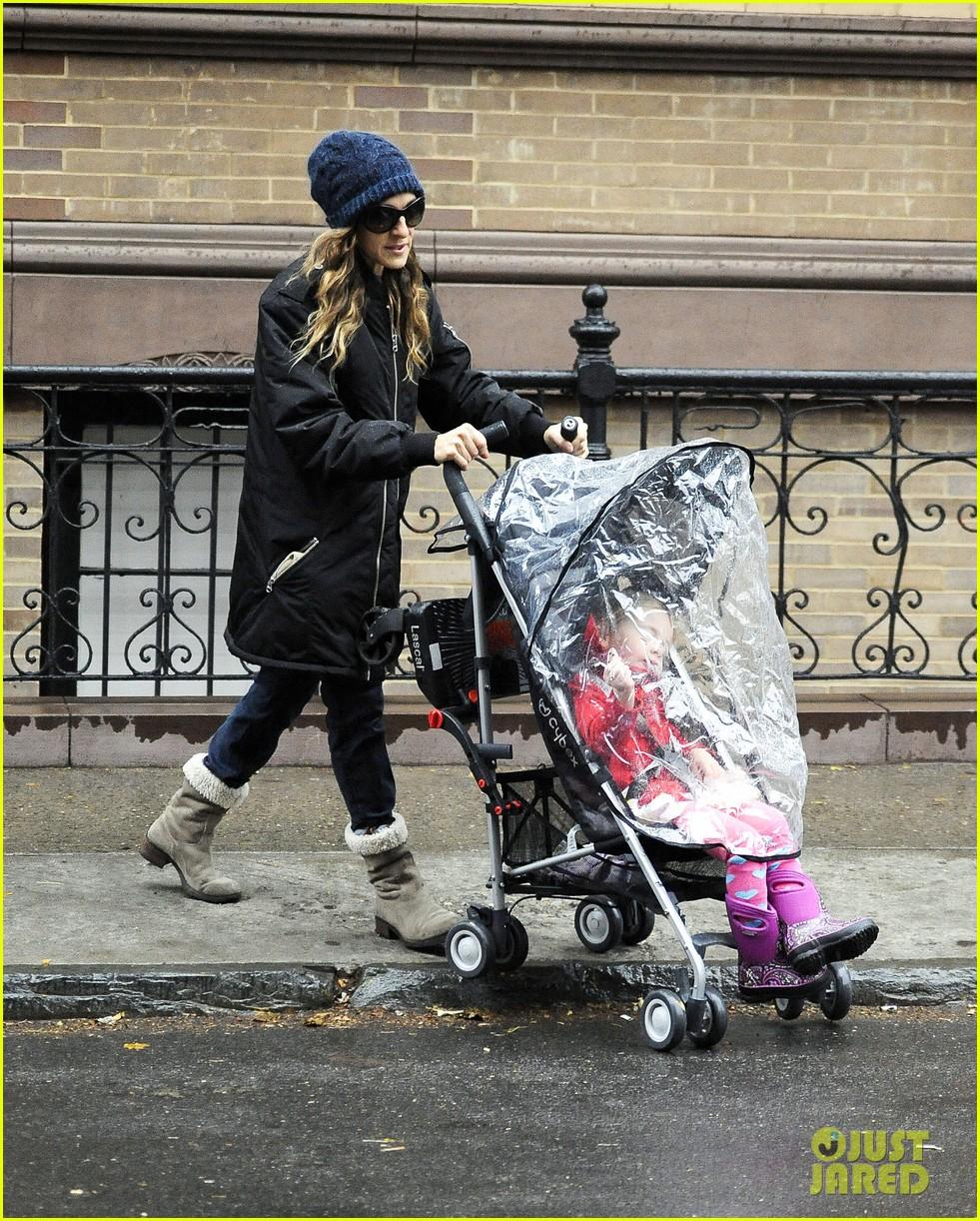 sarah jessica parker rainy day walk with twins 112766540