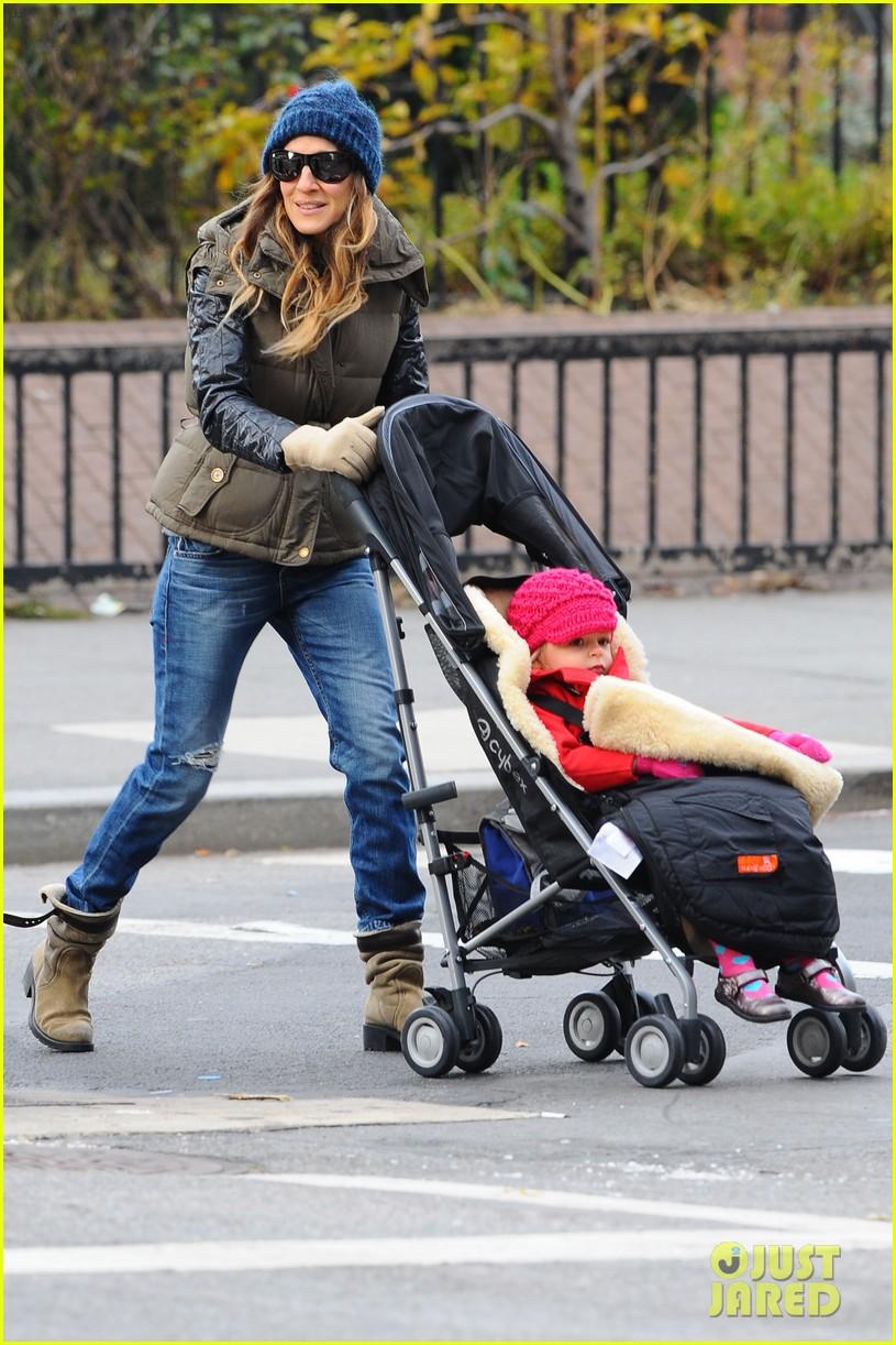 sarah jessica parker rainy day walk with twins 122766541